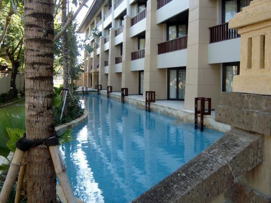 Conrad Bali: Rooms in the first level have access to the pool