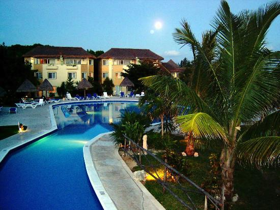 Sandos Caracol Eco Resort : An evening shot of one of the pools