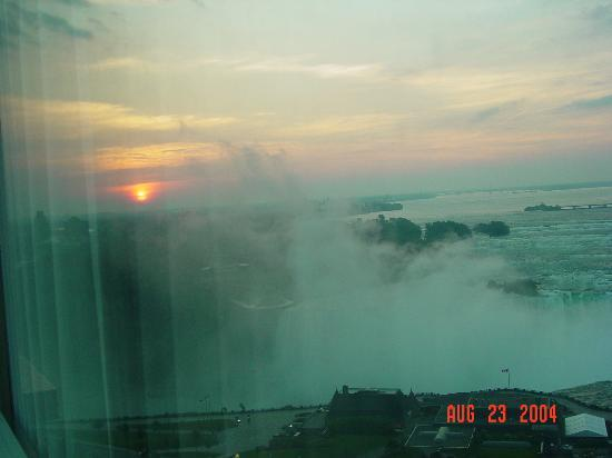 Embassy Suites by Hilton Niagara Falls Fallsview Hotel : Dawn from the room