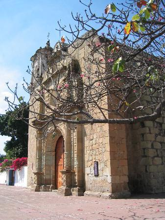 Hotel Cazomalli: Church around the corner