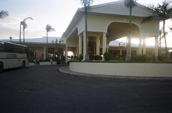 ClubHotel Riu Negril: The area you will drive up to at the front of the hotel.