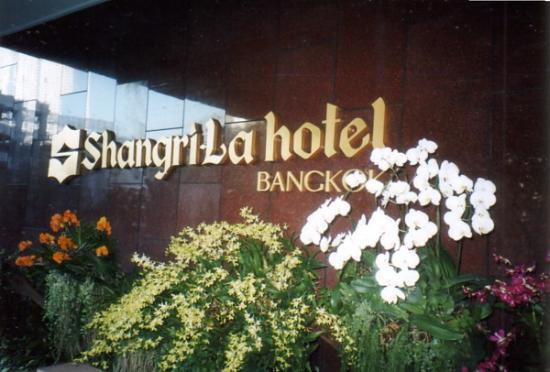 Shangri-La Hotel,Bangkok: orchids in front of the hotel