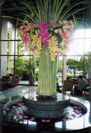 Mandarin Oriental, Bangkok: Flowers in lobby