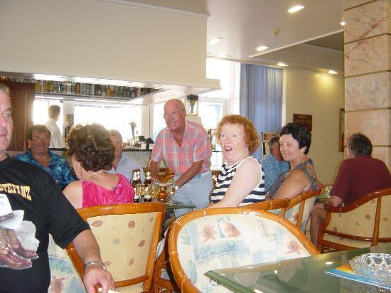 Benidorm Centre Hotel: Happy Hour with friends 1