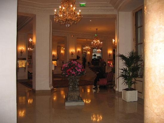 Le Bristol Paris: The foyer - all very Parisian