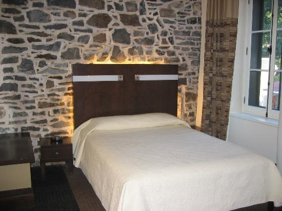 Hotel Sainte-Anne: Bedroom: I think one of the larger rooms, so check on prices etc. It had a great street view.