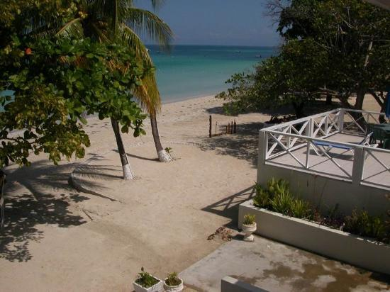 CocoLaPalm Resort: View of Negril Beach from our Coco La Palm balcony room