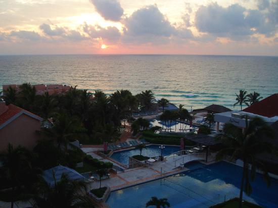 Omni Cancun Resort & Villas: Pool sunrise