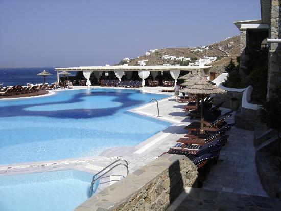 Mykonos Grand Hotel & Resort : Pool and Outdoor Restaurant