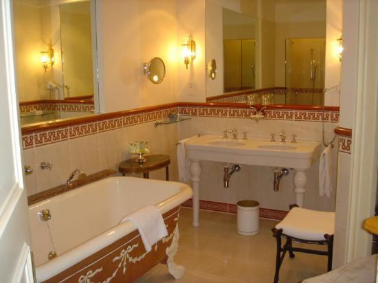 Hotel Beau-Rivage Geneva: Our bathroom