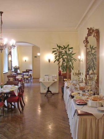 Hotel Olympic: The dining and breakfast room! Classic architectural environment - very cozy!