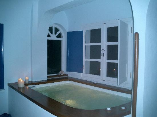 Altana Traditional Houses and Suites: the jacuzzi in the honeymoon suite (surrounded by windows with a beautiful view)