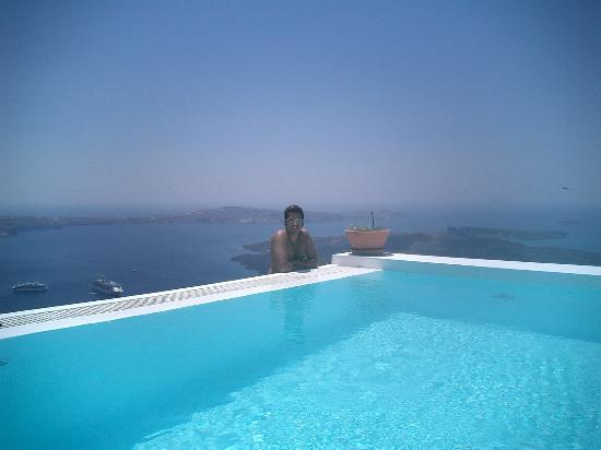 Altana Traditional Houses and Suites: the infinity pool at the top of the hotel