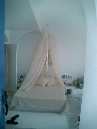 Altana Traditional Houses and Suites: the bed area in the honeymoon suite