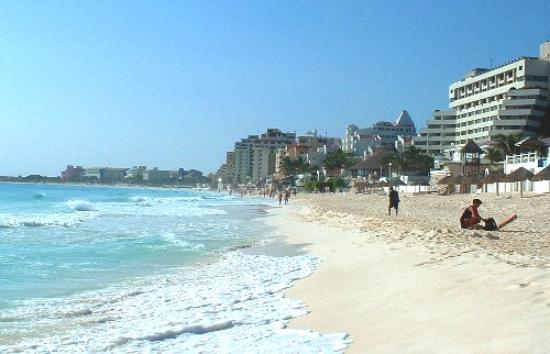 Solymar Beach & Resort : view down the beach