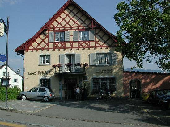 Hotel Zur Metzg: Front door of the gasthof early in the morning