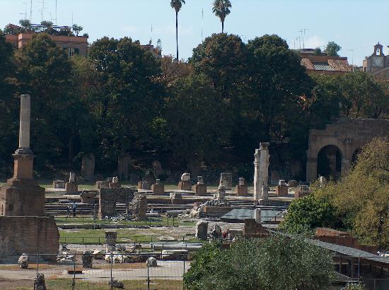 Il Piccolo di Piazza di Spagna : More ruins near the Colliseum