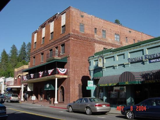 Placerville, Калифорния: Historic Cary House Hotel adjacent to the Thomas Kinkade Gallery
