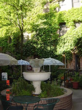 Placerville, CA: Courtyard adjoining hotel