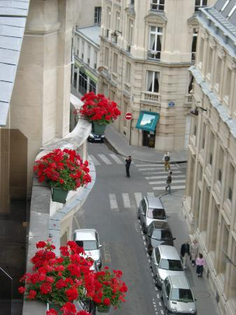 Hotel Astor Saint-Honore: balcony view looking down a band