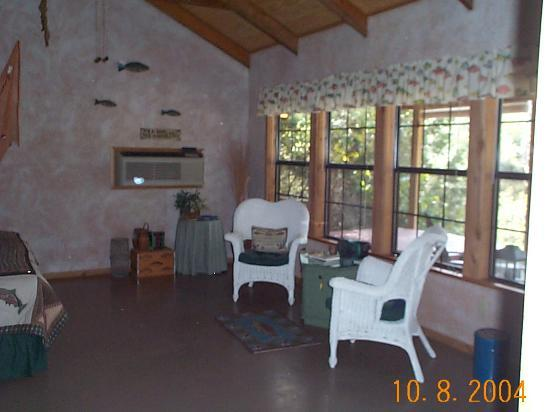 Here 39 s the sitting area picture of paluxy river bed for Cabins near glen rose tx