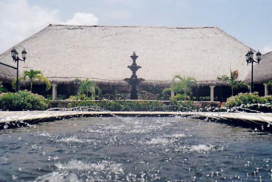 Grand Palladium Colonial Resort & Spa: Fountain in the courtyard