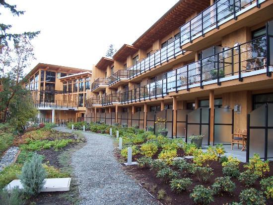Brentwood Bay Resort & Spa: Waterfront side of hotel.