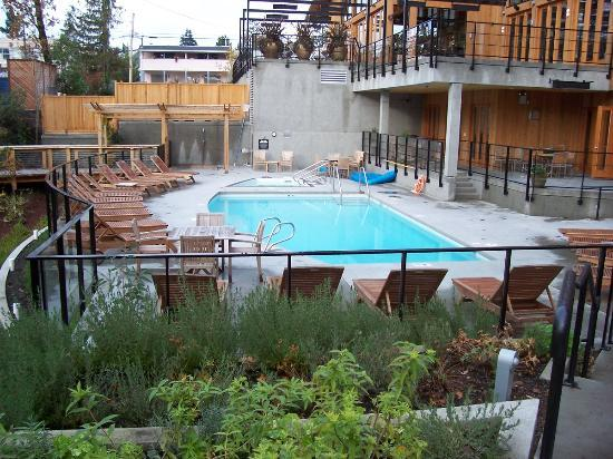 Brentwood Bay Resort & Spa: Hotel pool (outdoor pool only.)