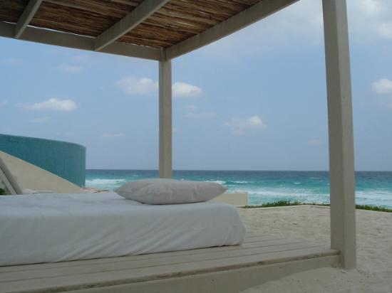 Live Aqua Beach Resort Cancun Canopy bed on the beach & Canopy bed on the beach - Picture of Live Aqua Beach Resort Cancun ...