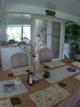 A Downtown Victoria Bed and Breakfast: Dining room at An Ocean View Bed and Breakfast in Victoria Canada