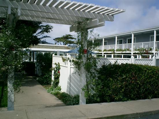 Monterey Bay Lodge: From the back lot toward the pool entrance