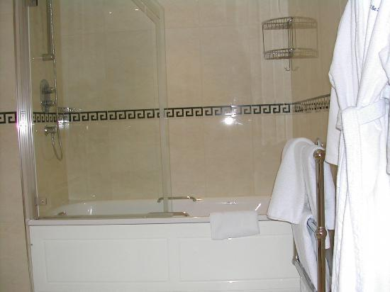 The Beaufort Hotel: Bathroom from sink area