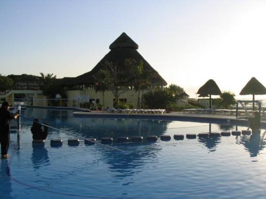Sandos Caracol Eco Resort : Pool early morning.