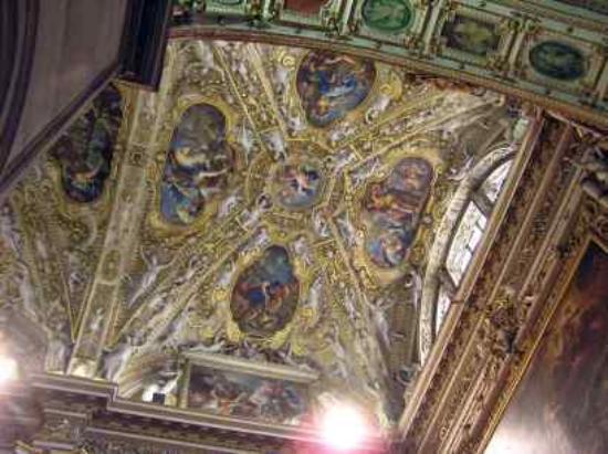 Hotel Agnello d'Oro: The church ceiling