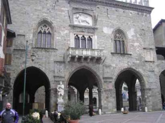 Hotel Agnello d'Oro: The main square