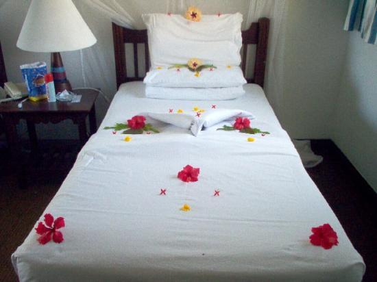 Mnarani Club & Spa: Decorated Beds