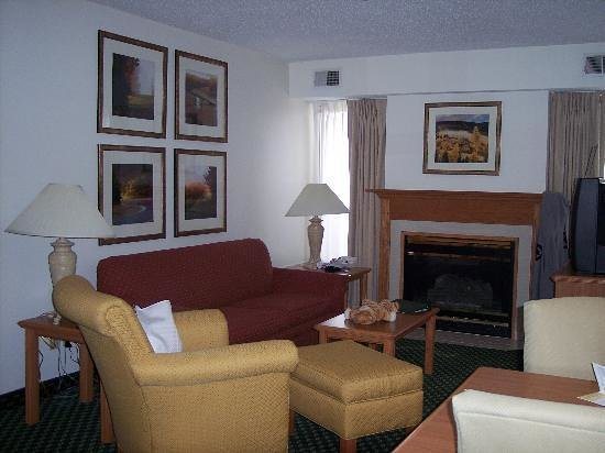 Homewood Suites by Hilton Grand Rapids: Living room with beautiful warm fireplace.