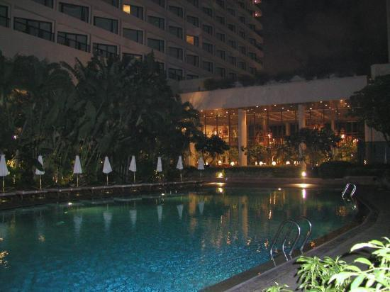 Mandarin Oriental, Bangkok: pool at night