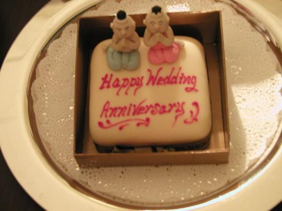 Mandarin Oriental, Bangkok: the hotel surprised us with an anniversary cake, flowers and champagne