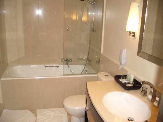 Renaissance Paris Vendome Hotel : One of our two beautiful bathrooms.