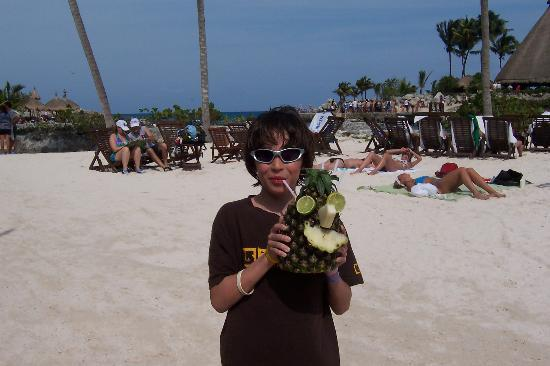 Moon Palace Cancun : The infamous reused pineapple drink