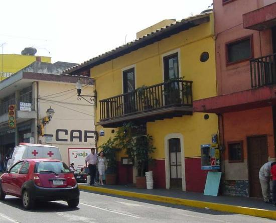 Meson del Alferez Xalapa: The front of the hotel (yellow)