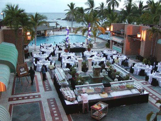 Dreams Huatulco Resort & Spa : Set up for the dinner buffet
