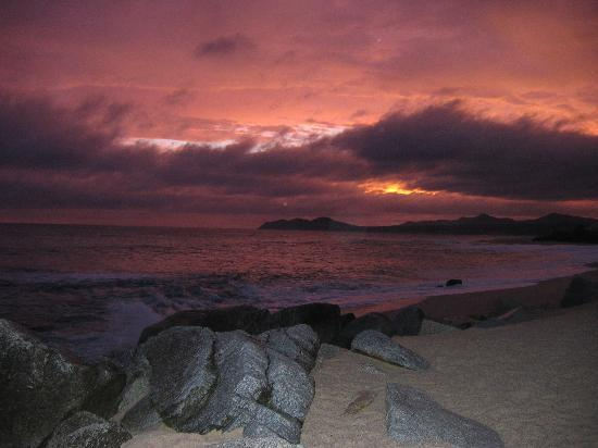Hilton Los Cabos Beach & Golf Resort: Sunset on Hilton's beach after a storm