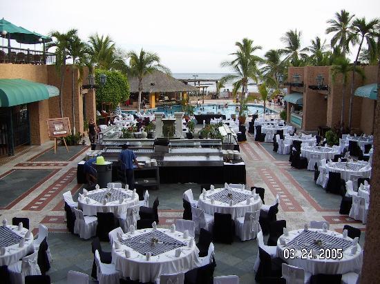 Dreams Huatulco Resort & Spa : Outdoor dinner buffet theme setup