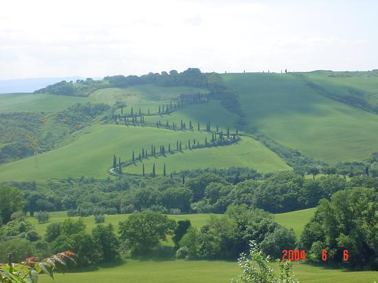 Chianciano Terme, Italië: View from road leading to Santa Maria house on La Foce grounds