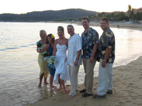 Dreams Huatulco Resort & Spa : Wedding Party on the sand