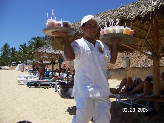 Dreams Huatulco Resort & Spa : Beach Drinks service