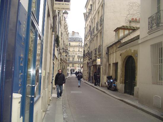 Hotel du Commerce: Nearby Rue du Bievre-- leads to ND and the Seine