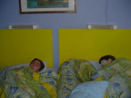 Hotel du Commerce: Nap time! The bed(s)!